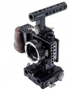 DSLR-Kameras, aber auch beispielsweise die kleine Pocket Cinema Camera von Blackmagic benötigen ein Cage, um sicher auf einem Stativ befestigt zu werden.