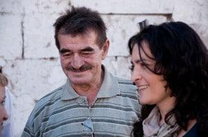 Vater-Mehmet-wird-von-Tochter-Biene-in-der-Türkei-besucht-©-Armin-Dierolf-300x199