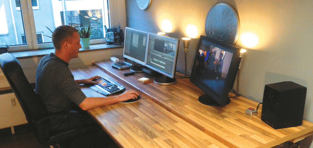 Arbeit an einem ergonomischen Schreibtisch
