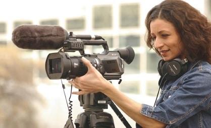 Die Kamerafrau auf dem bild ist gleichzeitig auch für den Ton zuständig