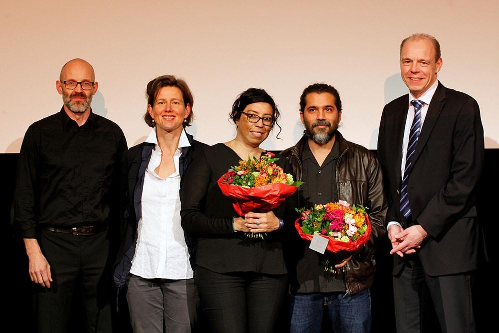 Gruppenfoto Moderator Prof. Michael Leuthner, Jurymitglied Nicole Leykauf, Tatiana Huezo, Ernesto Pardo, Stephan Schenk
