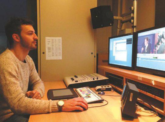 Wichtige Details beim WDR: Eine erhöhte Monitorbrücke und angewinkelte Lautsprecher.