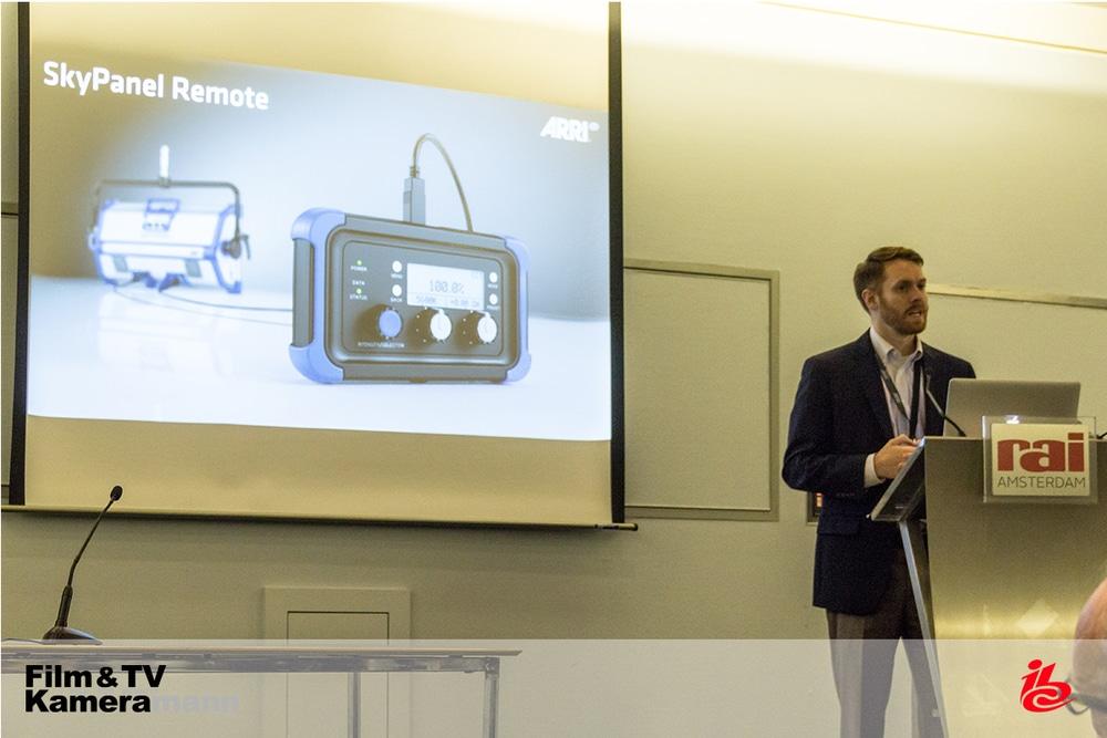 Mike Wagner von ARRI präsentiert die Fernbedienung des SkyPanels