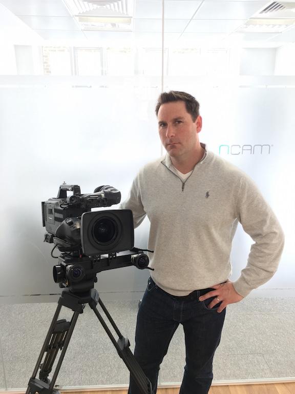 Nic Hatch, CEO von Ncam neben einer Kamera, die mit dem Tracking-System ausgestattet ist