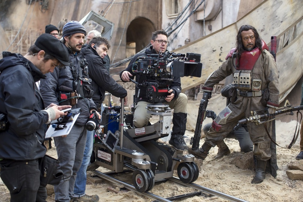 DoP Greig Fraser mit der Alexa 65 - Rogue One: A Star Wars Story..Pao BTS image..Ph: Jonathan Olley/Lucasfilm..©2016 Lucasfilm Ltd. All Rights Reserved.
