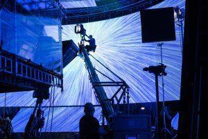 Lichtsetzung bei Überlichtgeschwindigkeit - Rogue One: A Star Wars Story..Pao BTS image..Ph: Jonathan Olley/Lucasfilm..©2016 Lucasfilm Ltd. All Rights Reserved.