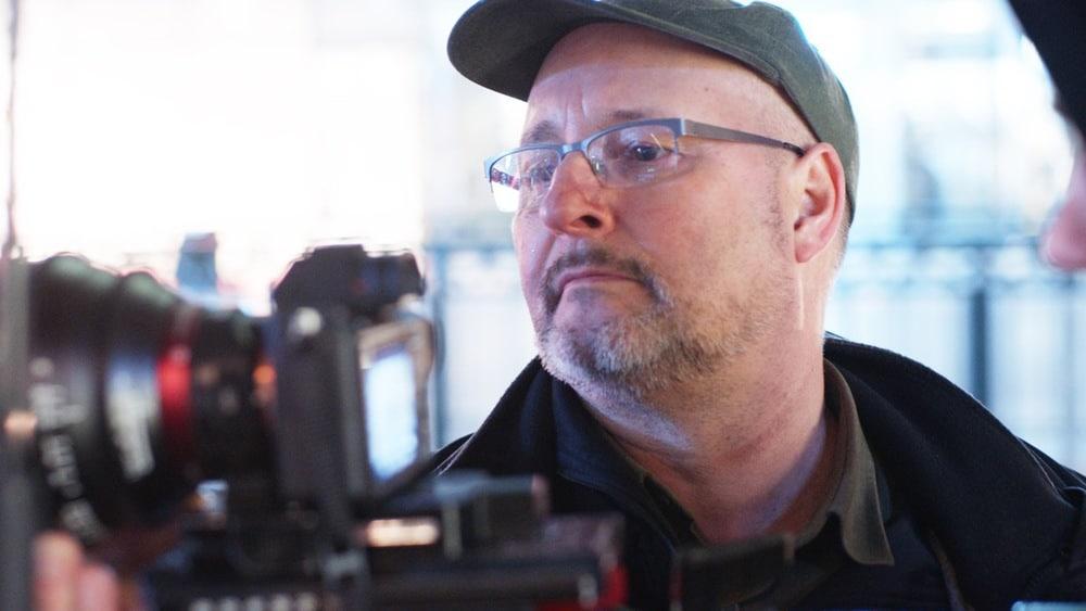 DoP Christopher Rowe konzentriert beim Einrichten der Kamera.