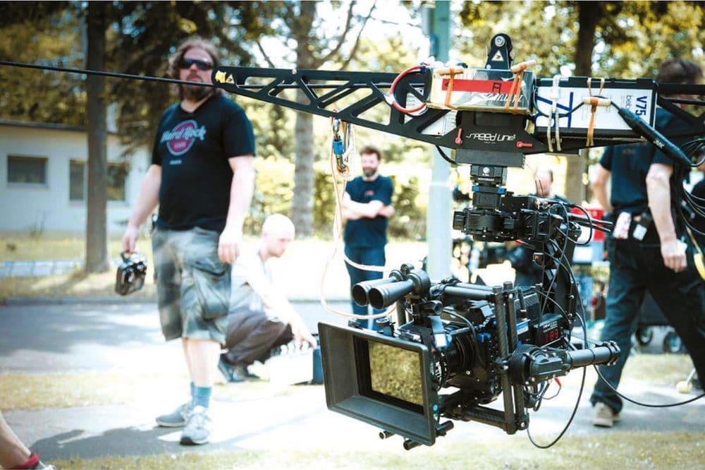 """""""Ganz anders aufgestellt sein"""": Key Grip Hagen Raeder von NeoFlight mit der Fernbedienung neben dem Speedline Seilkamerasystem, an das die Alexa Mini montiert wurde."""