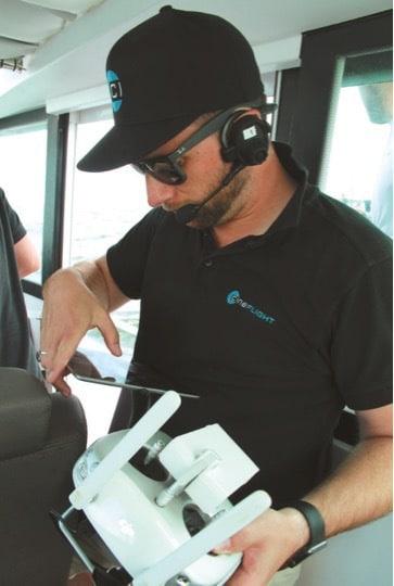 Drohnenpilot Jan Evers startet sein Equipment.