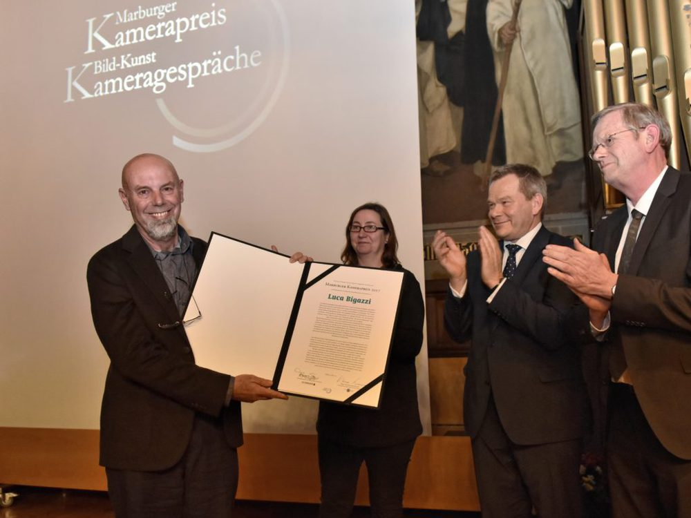 Der Italienische Kameramann Luca Bigazzi nimmt den Marburger Kamerapreis entgegen.