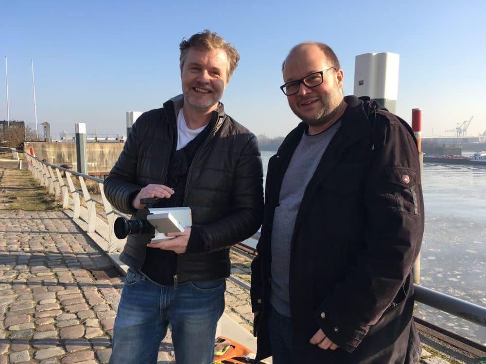 Jürgen Lossau, Initiator des Super 8 Web Portals, mit der neuen Kodak Super 8 Filmkamera, Friedemann Wachsmuth, Super-8-Filmer und Autor beim geplanten Projekt