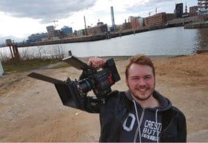 Kameramann Philipp Ritterbusch mit der RED Epic-W im Hamburger Hafen.