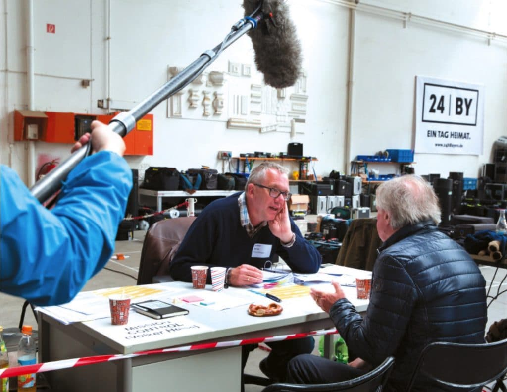 """Regisseur Volker Heise an seinem """"Mission Control""""-Tisch im Gespräch mit Franz Xaver Bogner."""