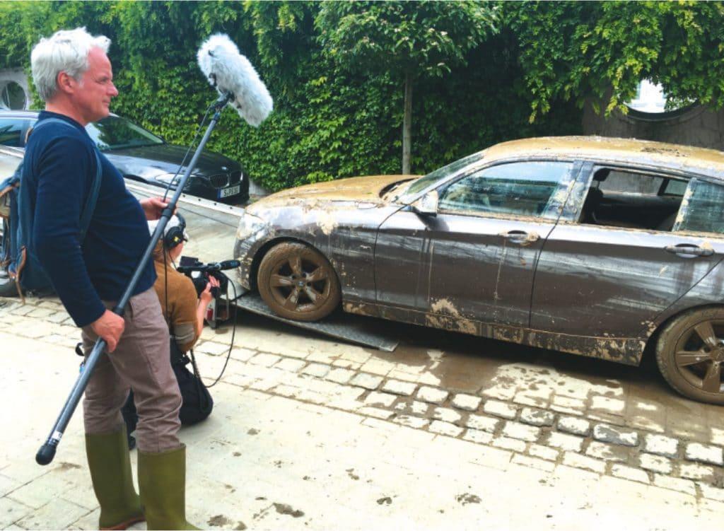 Thomas Kufus, eigentlich Geschäftsführer bei Zero One und Produzent, assistiert spontan in Simbach im Schlamm.