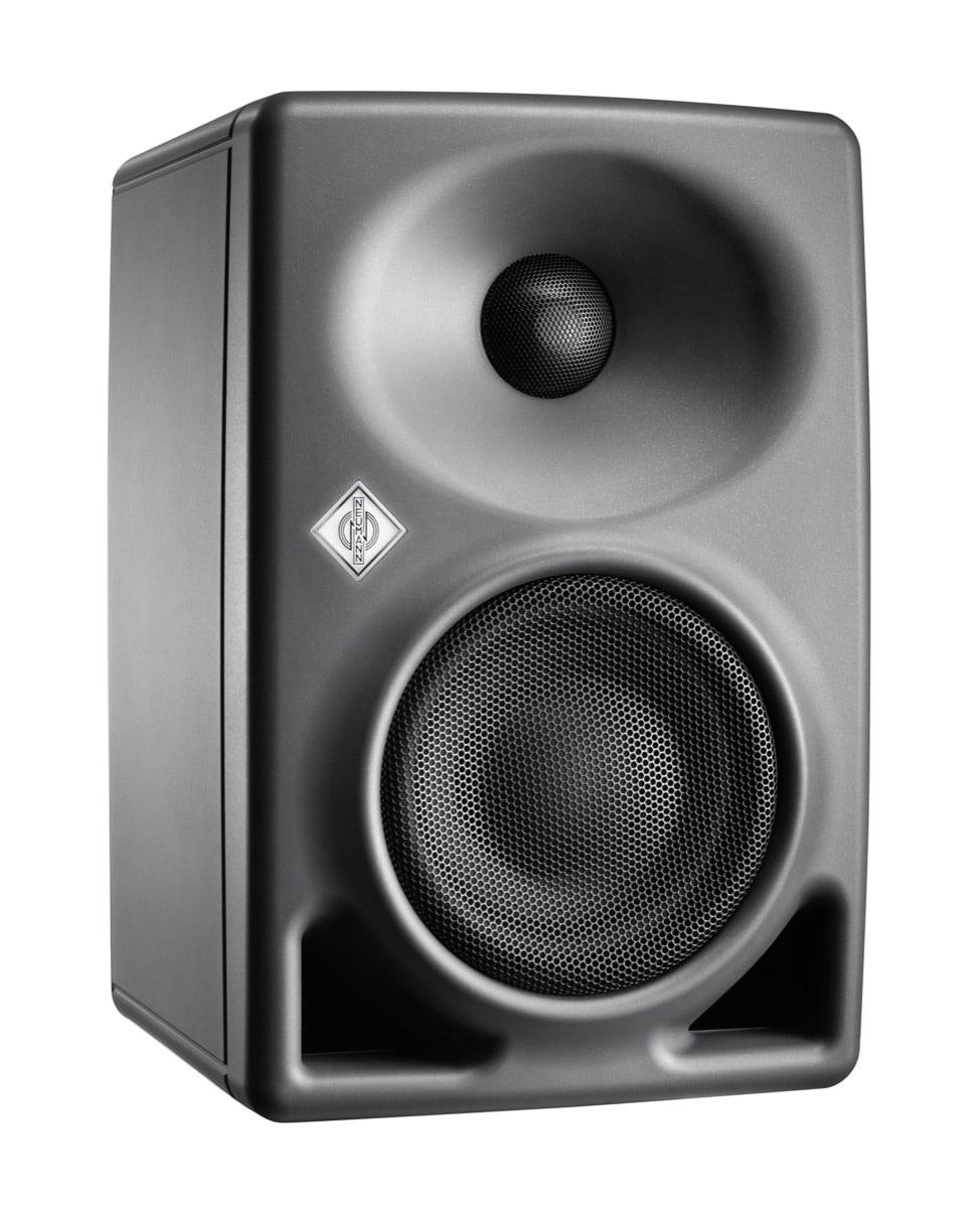 Der Neumann KH 80 DSP ist als ideale Monitorlösung für Aufnahmen, Mix und Mastering in Projekt-, Musik-, Broadcast- und Post-Production-Studios konzipiert.