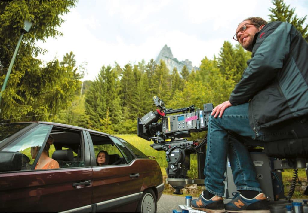 Im Wagen warten Schauspielerin Susanne Bormann als Mutter und Filmtochter Mia Kasalo auf das Go, auf dem Kamerakran hat Martin Schlecht die ARRI Amira eingerichtet.