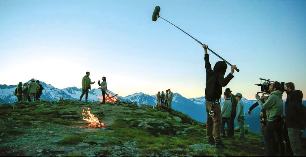 Alles fertig zum Dreh: Ganz rechts ist Martin Schlecht an der Kamera, die Herz-Jesu-Feuer am Gipfel brennen.