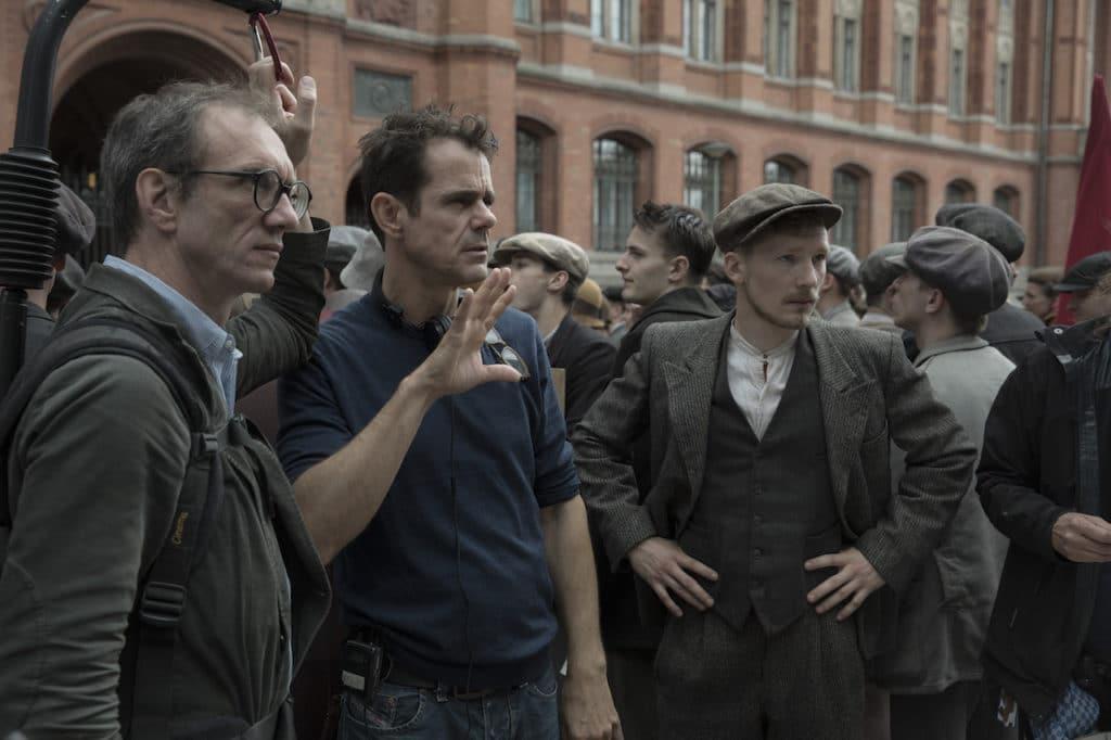 Besprechung vor dem Roten Rathaus: DoP Frank Griebe (links) mit Regisseur Tom Tykwer und Schauspieler Jacob Matschenz.
