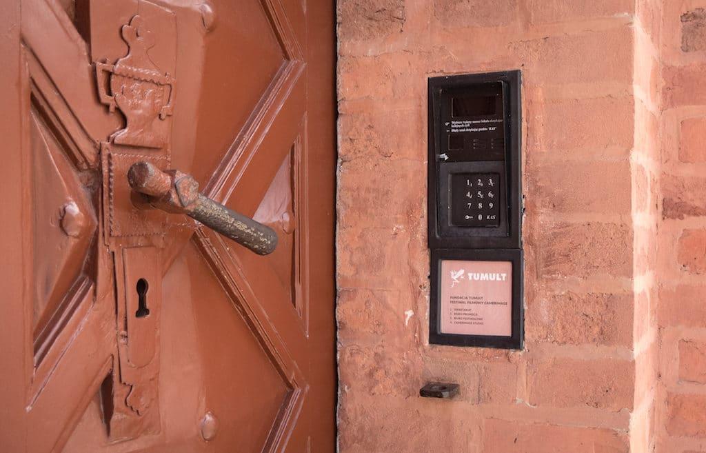 Historie auch an der Eingangstür: Die Türklingel der Tumult Stiftung, die das Festival organisiert.