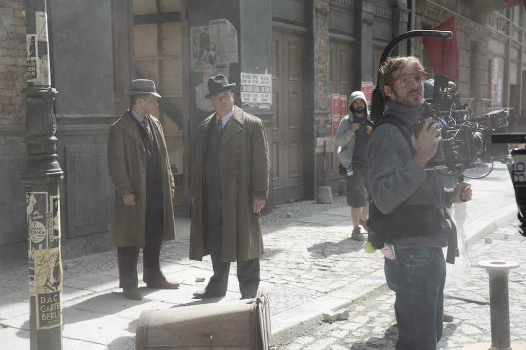 Philipp Haberlandt mit der Alexa Mini am Easyrig. Im Hintergund warten Volker Bruch und Peter Kurth auf ihren Einsatz.