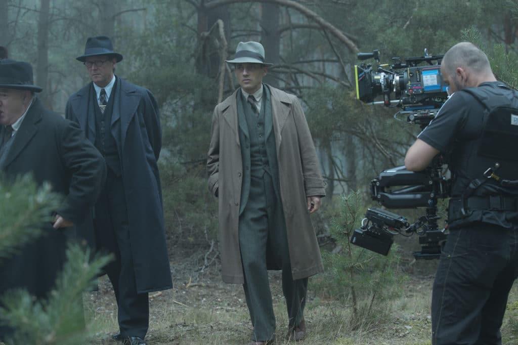 Matthias Brandt und Volker Bruch auf dem Weg zum Tatort: Steadicam Operator Alex Traumann begleitet die Szene durch unwegsames Gelände.