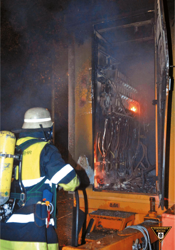 Wenn es brennt, dann hilft nur noch die Feuerwehr. Bekämpfen eines Feuers im Generator ist gefährlich. Das Problem: Abschalten ist eventuell nicht mehr möglich.