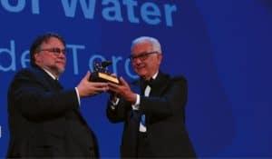 Guillermo del Toro erhält den Goldenen Löwen aus den Händen von Biennale-Präsident Paolo Baratta.