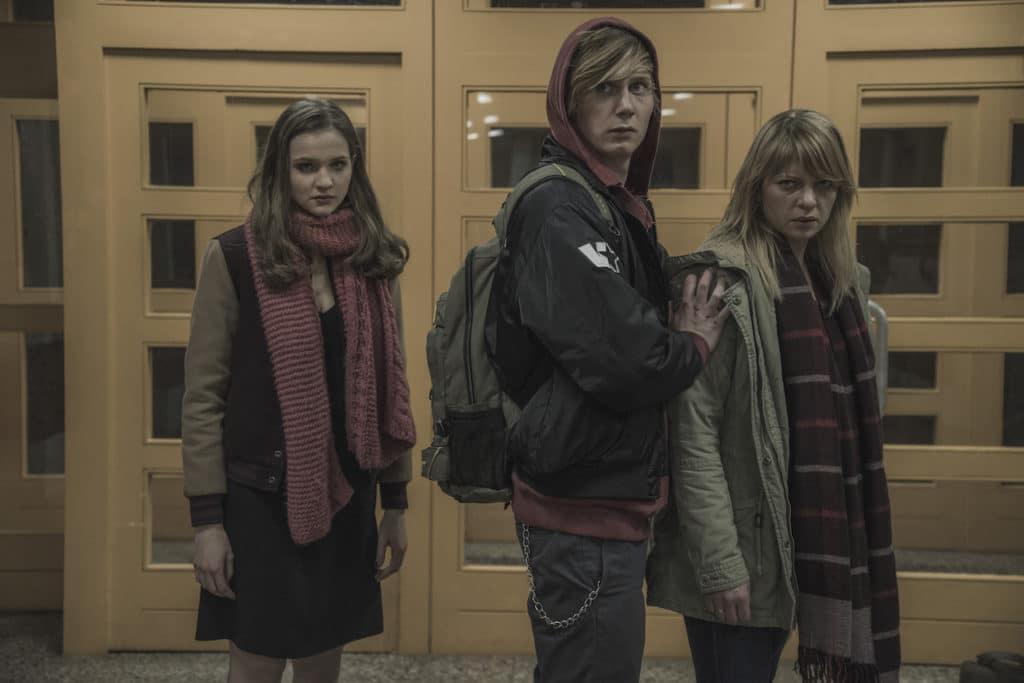 Die Farbpalette ändert sich nur in Nuancen über die Zeitebenen hinweg, hier in einer Szene vor der Schule mit Lisa Vicari, Moritz Jahn und Jördis Triebel.