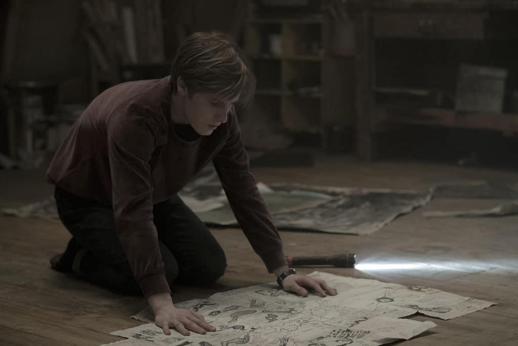 Jonas, gespielt von Louis Hofmann, findet im Atelier die Karten.