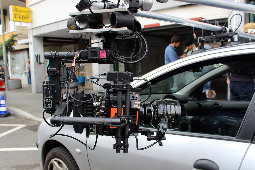 MöVi als stabilisierender Kamerakopf ans Auto gehängt.
