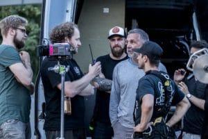 Das Team bei der Stuntbesprechung (v.r.): Regisseur Christopher Kaufmann, DoP Joe Berger mit Marno Röder (grauer Pulli) und Team.