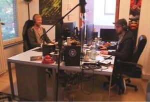 Broadcast Engineer Max Zelass an seinem Arbeitsplatz im Büro mit Editor Oliver Steffens und Jack-Russel-Dame Kimi. n AT WORK Rocket Beans TV
