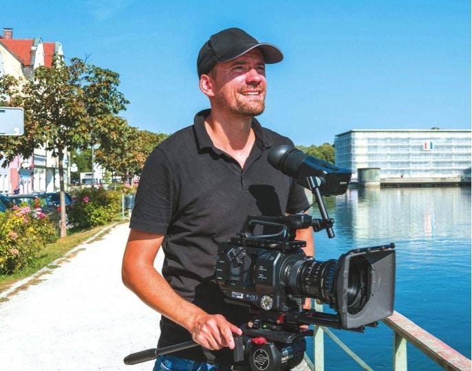 Benjamin Strobel mit seiner Sony-Kamera