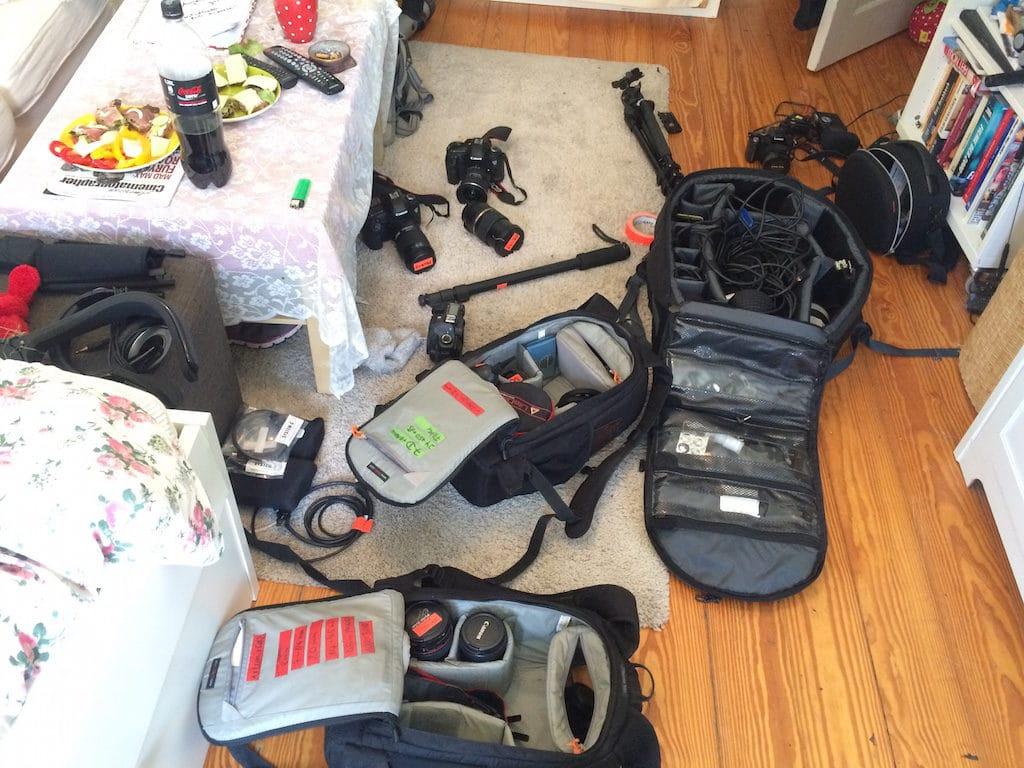Alles dabei, alles aufgeladen? Das Equipment beim Packen.