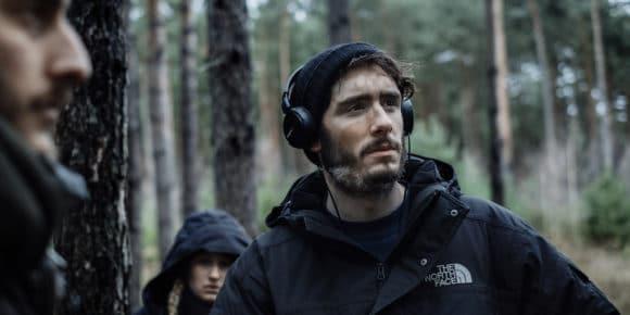 Prüfender Blick: Regisseur Tim Dünschede verfolgt eine Szene.