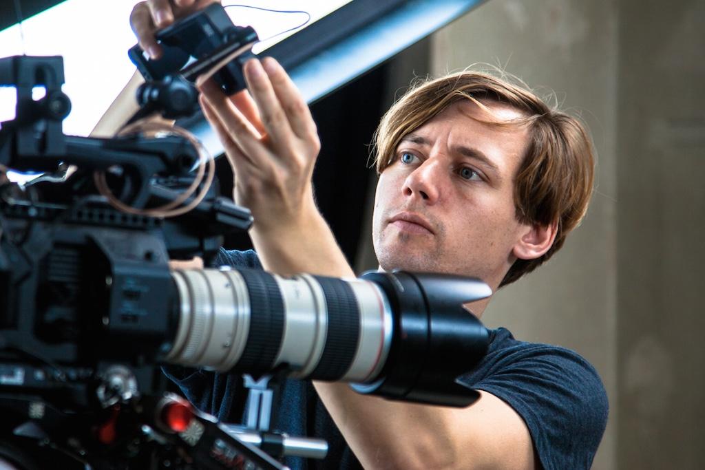 Tim Kallwert hantiert an einer Kamera