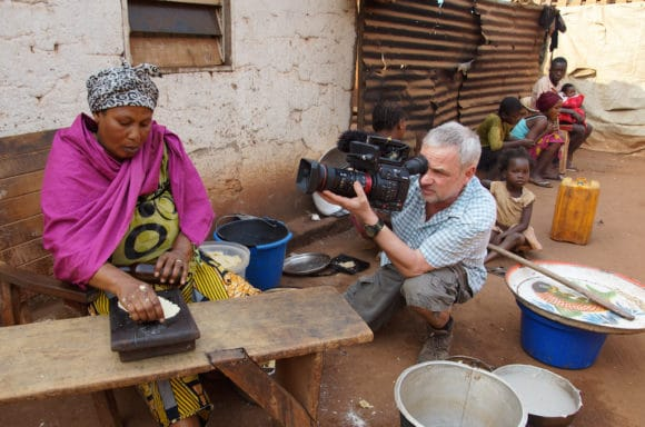 DoP Bernd Siering mit der Canon EOS C200 bei Dreharbeiten in der Zentralafrikanischen Republik