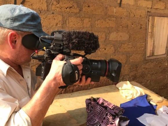Kameramann Bernd Siering mit der Canon EOS C200 beim Dreh aus der Hand