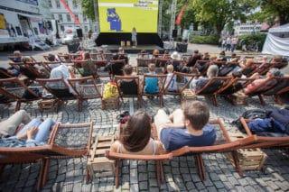 Open Air Publikum beim NaturVision Filmfestival 2018 mit Moderatorin Dana Hofmann