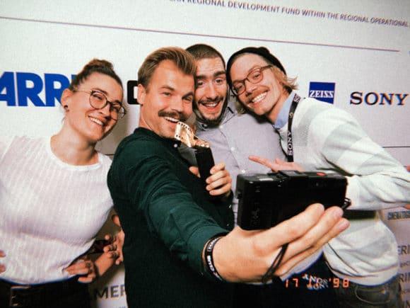 """Das Team von """"Fremde"""" mit der Quappe: Lisa Geller (Szenenbild), Holger Jungnickel (Kamera), Tim Dünschede (Regie), Patrick Schorn (Producer)"""