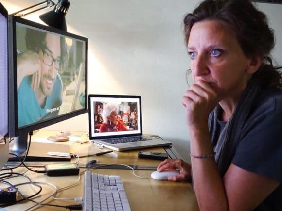 Mechthild Barth vor dem Rechner