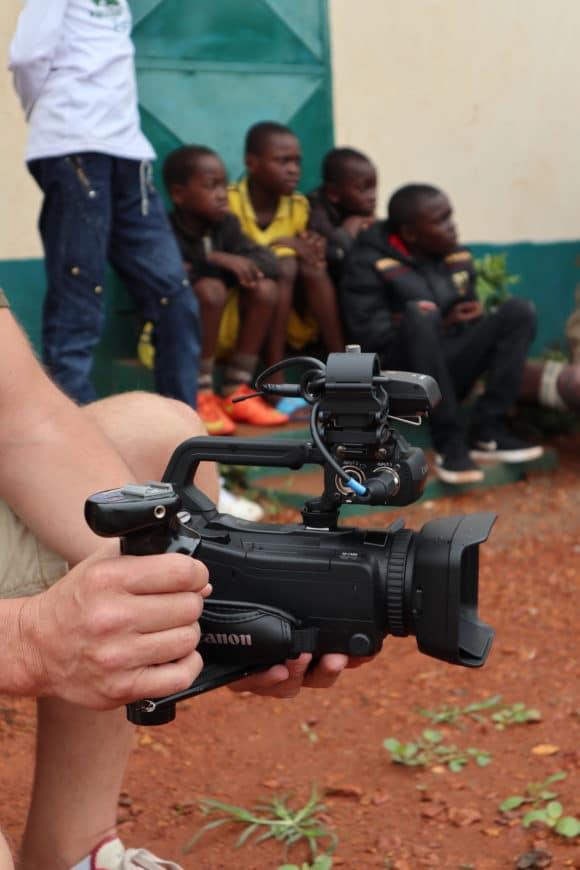 Canon XA55 mit Handgriff und Ton-Aufsatz von Sennheiser