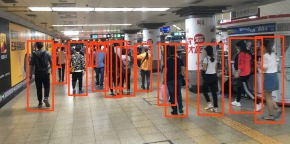 Filmstill: KI erkennt Menschen in einer Ubahn